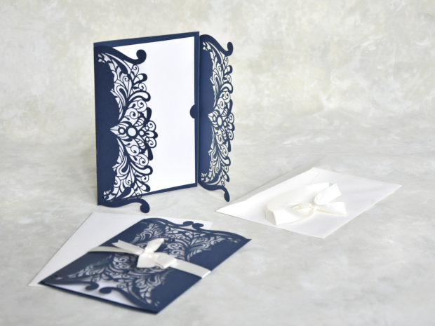 Елегантна лазерно изрязана сватбена покана в тъмно син цвят