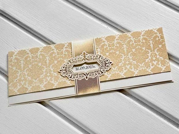 Стилни покани за сватба от три части в златно и екрю с пръстен със златен мотив