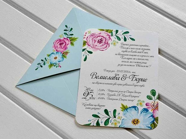 Покана за сватба в светло сиво с розови и сини цветя и син плик със същия флорален мотив