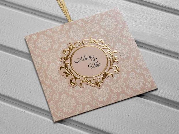 Стилна сватбена покана в топъл розов цвят с бял принт и златен акцент