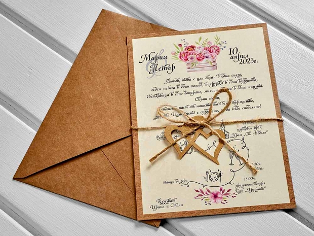 Свежа покана за сватба в крафт и екрю с декорация от розови цветя, лазерно изрязани сърчица и канапена панделка