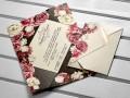 Покана за сватба плик в черно с цветя в бяло и розово