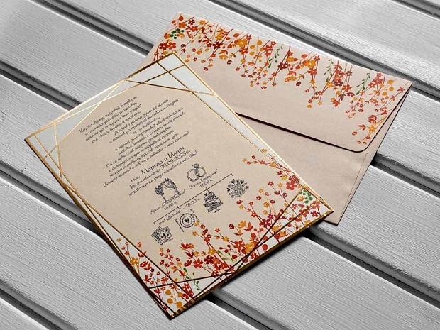 Сватбена покана с флорални елементи в оранжево и червено и златен геометричен акцент