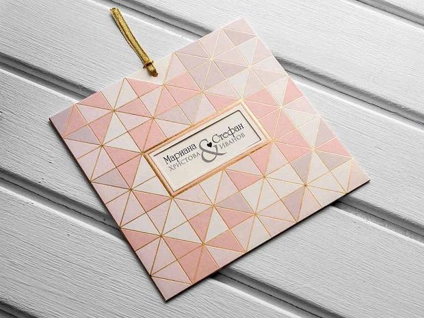 Сватбена покана с геометрични елементи в розовата гама и златен акцент и златна панделка