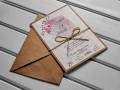 Сватбена покана с мраморен фон в бледо лилаво с флорален и геометричен елемент, канапена панделка и плик от крафт