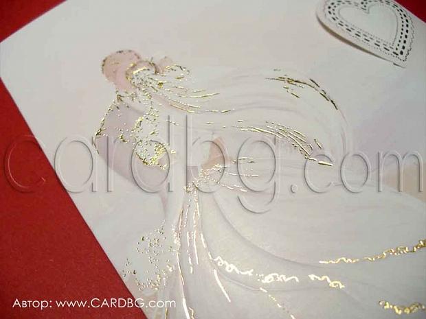 Нежна покана с младоженци и златисти елементи № 11522