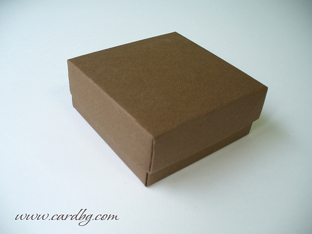 Квадратна кутия в тъмно кафяво с отделен капак 7х7х3 см.