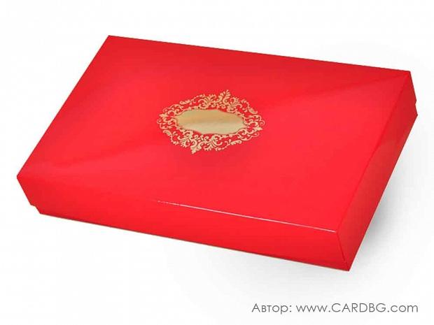 Голяма подаръчна кутия с лак и златен печат 37х23х7 см