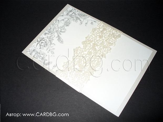 Лазерно изрязана покана за сватба бяла с графитени флорални елементи и перлена дантелена лента