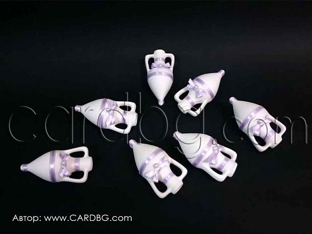 Бяла керамична амфора с украса от лилав сатен и бяла перла