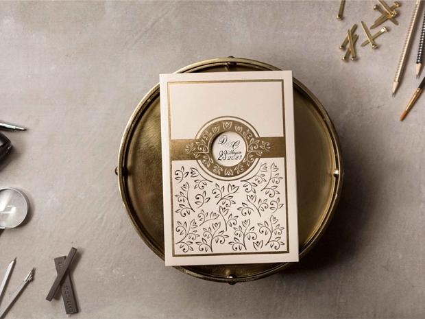 Сватбена покана с прозорче и златна флорална декорация