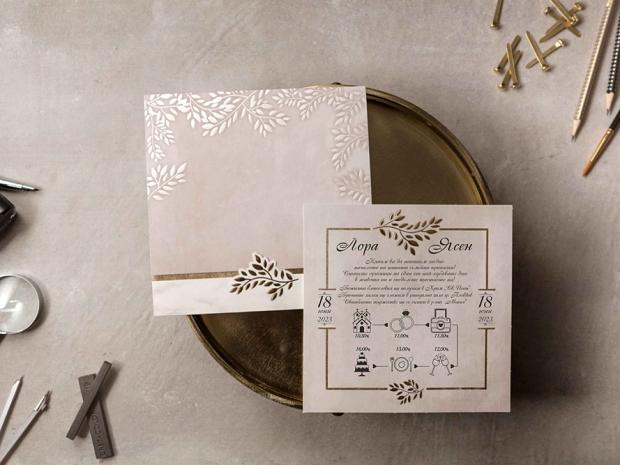 Сватбена покана в пастелно виолетово с флорален акцент в златно