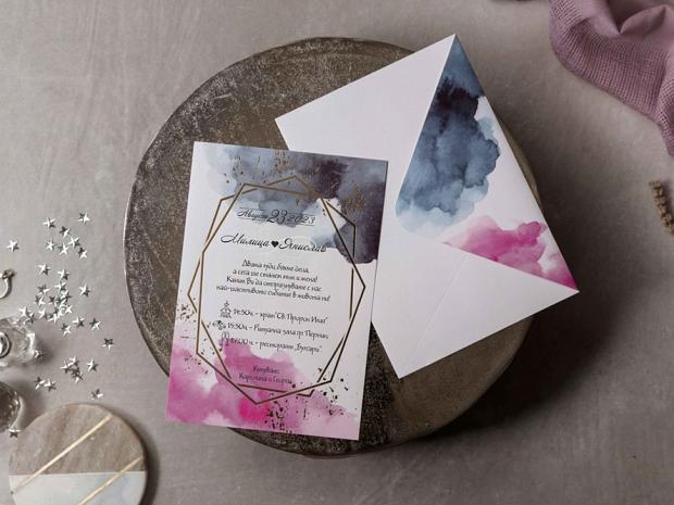 Сватбена покана синьо-розов акварел с геометричен акцент в златно