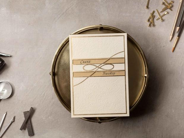 Елегантна сватбена покана в бяло кадифе със златни акценти