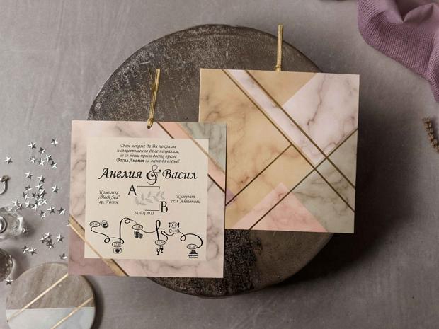 Стилна сватбена покана с мраморен ефект в различни пастелени цветове с геометричен акцент в златно.