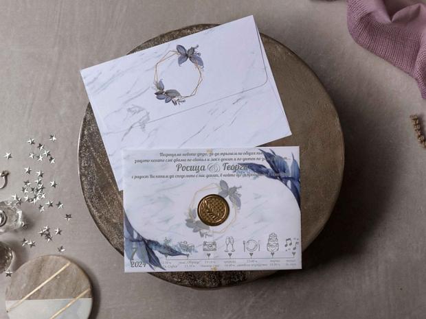 Сватбена покана бяла със син флорален акцент и имитация на восъчен печат