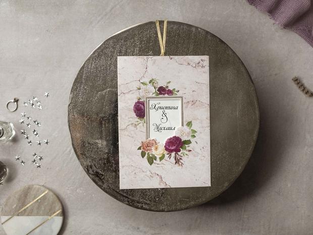 Покана за сватба с мраморен фон и свежи цветя в червено, бяло и розово