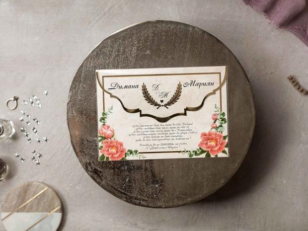 Сватбена покана в цвят мрамор с ярко розови цветя и златни елементи с акрилен плик
