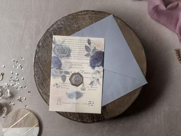 Елегантна сватбена покана с флорални мотиви в гълъбово синьо