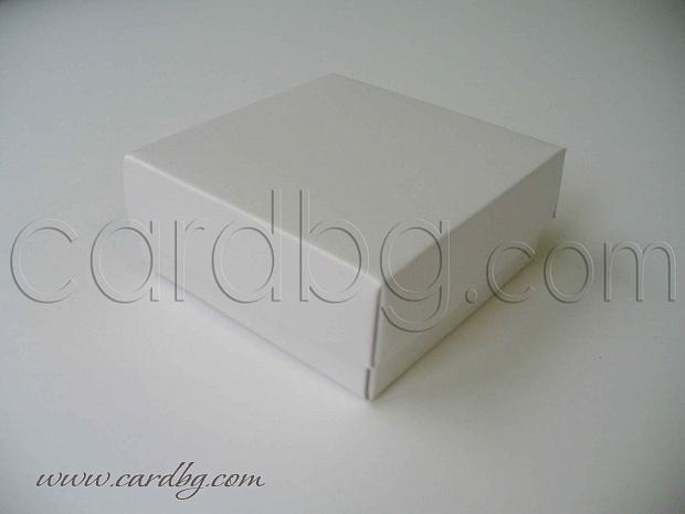 Кутийка от бял перлен картон с отделен капак 7х7х3 см.