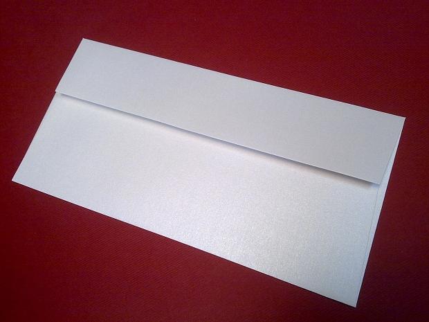 Перлен луксозен бял пощенски плик с лента