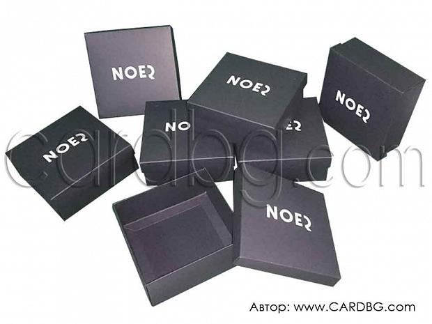 Черна квадратна кутия 10х10х4 см и 12х12х5 см с печат, щампа в бяло