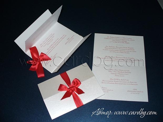 Бяла перлена покана с релефни пеперуди и червен сатен