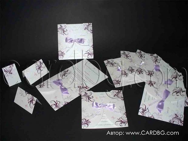 Стилни покани с елементи и панделка в лилави нюанси