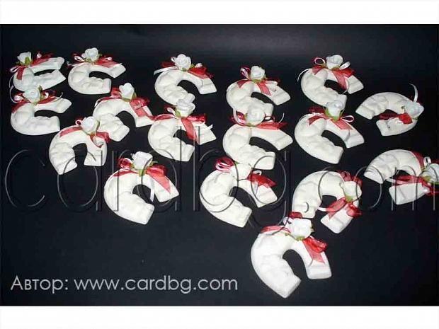 Подкови от керамика с украса бяла роза и червена органза