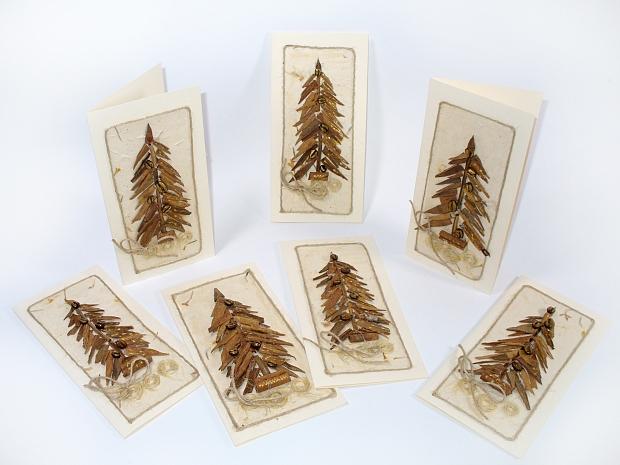 Коледна картичка с ръчно изработена елха от канела