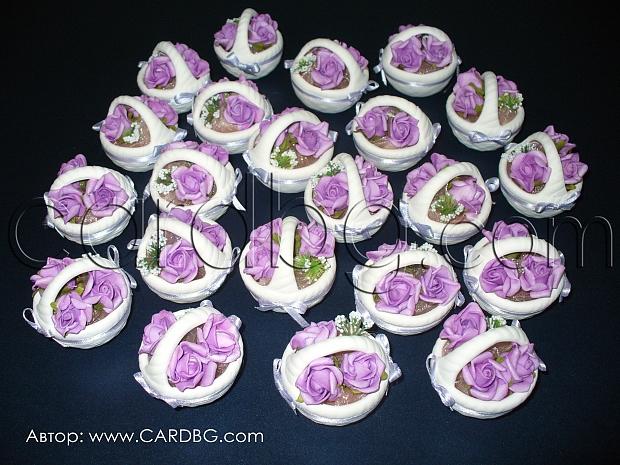 Подарък за гостите: керамични кошници с лилави рози
