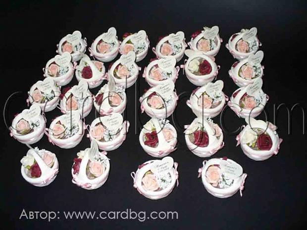 Кошнички от керамика с рози и сърца с имена на младоженците