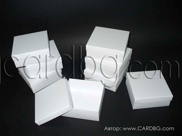 Средно голяма бяла квадратна кутия  12х12х5 см - 25 броя