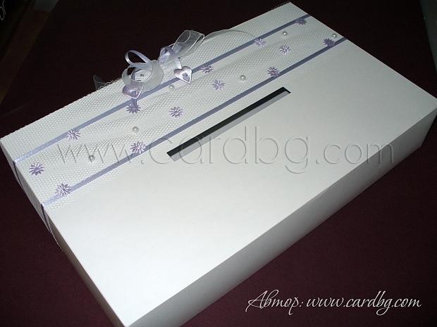 Кутия за пари в бяло и лилаво