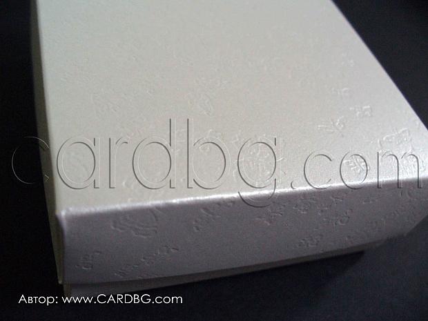 Бяла перлена кутия с релефни пеперуди  7x7x3см.