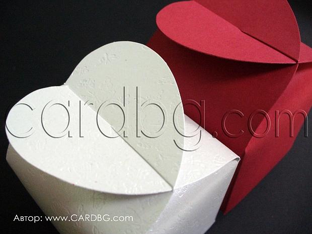 Кутия със сърце от бяла перла и червен офсет 5.5x5.5x6см.