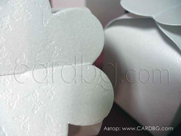 Кутия цвете от бяла перла с релефни пеперуди 5,5х5,5х6 см