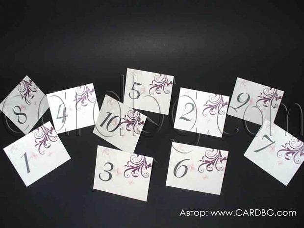Стилни тейбъл картички с номера на масите в лилави елементи