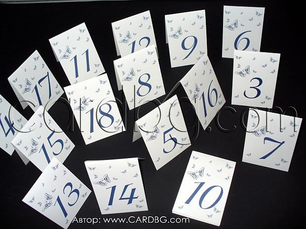 Номера за масите в бяло и тъмно синьо с пеперуди