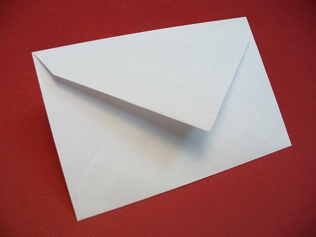 Малък бял пощенски плик за визитки, ваучери, карти