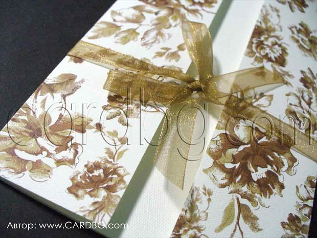 Покана папка с кафяви рози на бял фон и кафява панделка