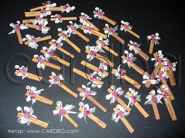 Подарък канелени пръчки с украса в бордо