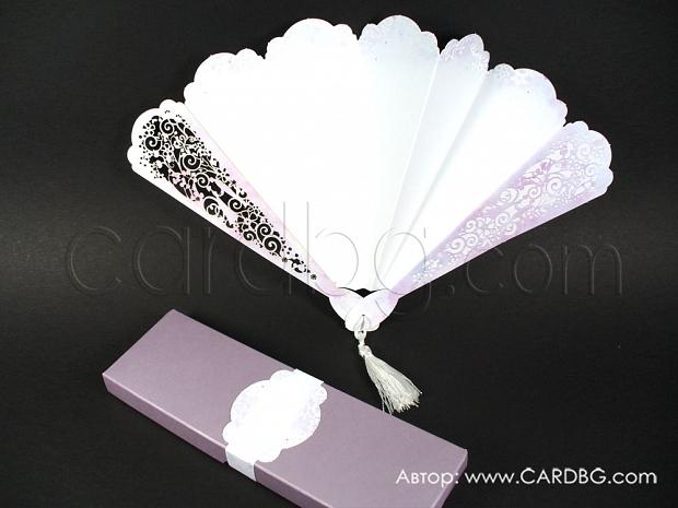 Сватбени покани бяло ветрило с лазерно изрязани елементи в кутия лилава перла