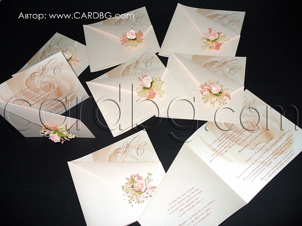 Перлени сватбени покани в цвят праскова и украса с роза