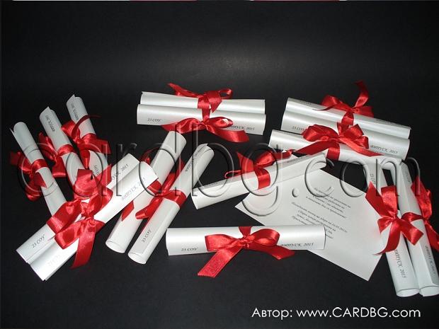 Елегантна покана тип свитък с червена сатенена панделка